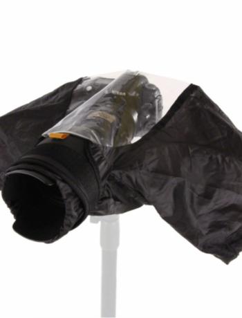 Kamera mit angebrachten Regenschutz und angedeutetem Stativ