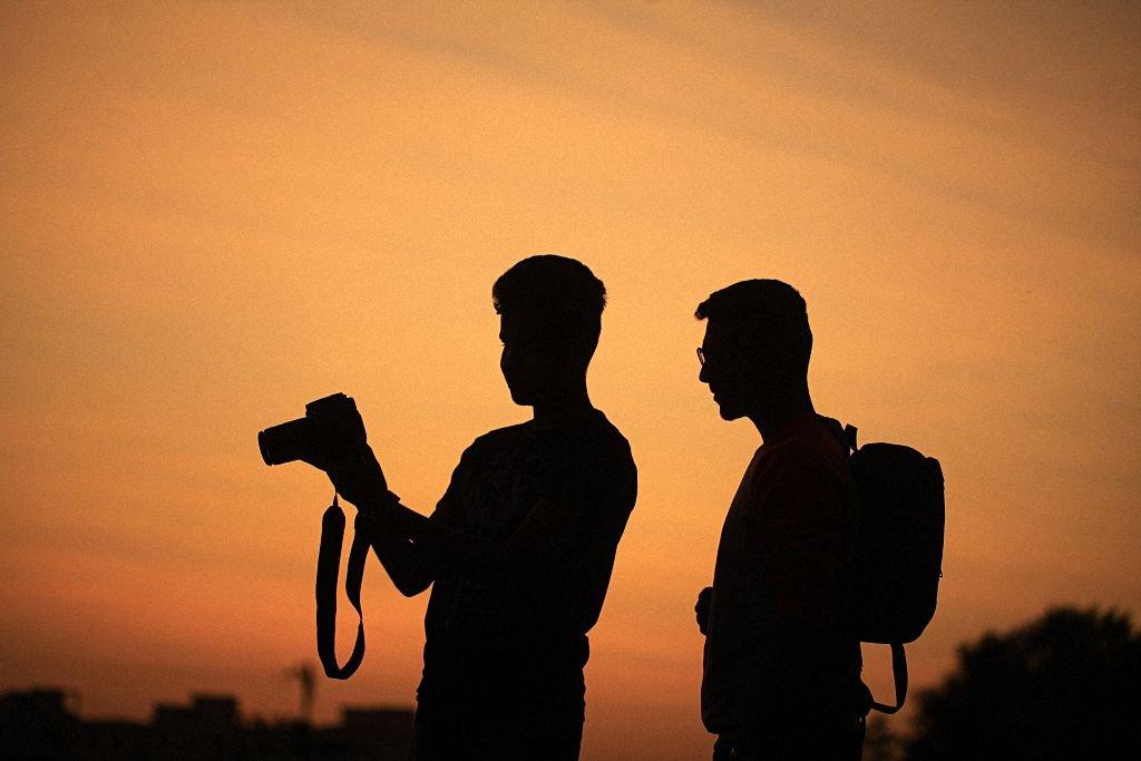 Silhouette von 2 Fotografen im Sonnenuntergang