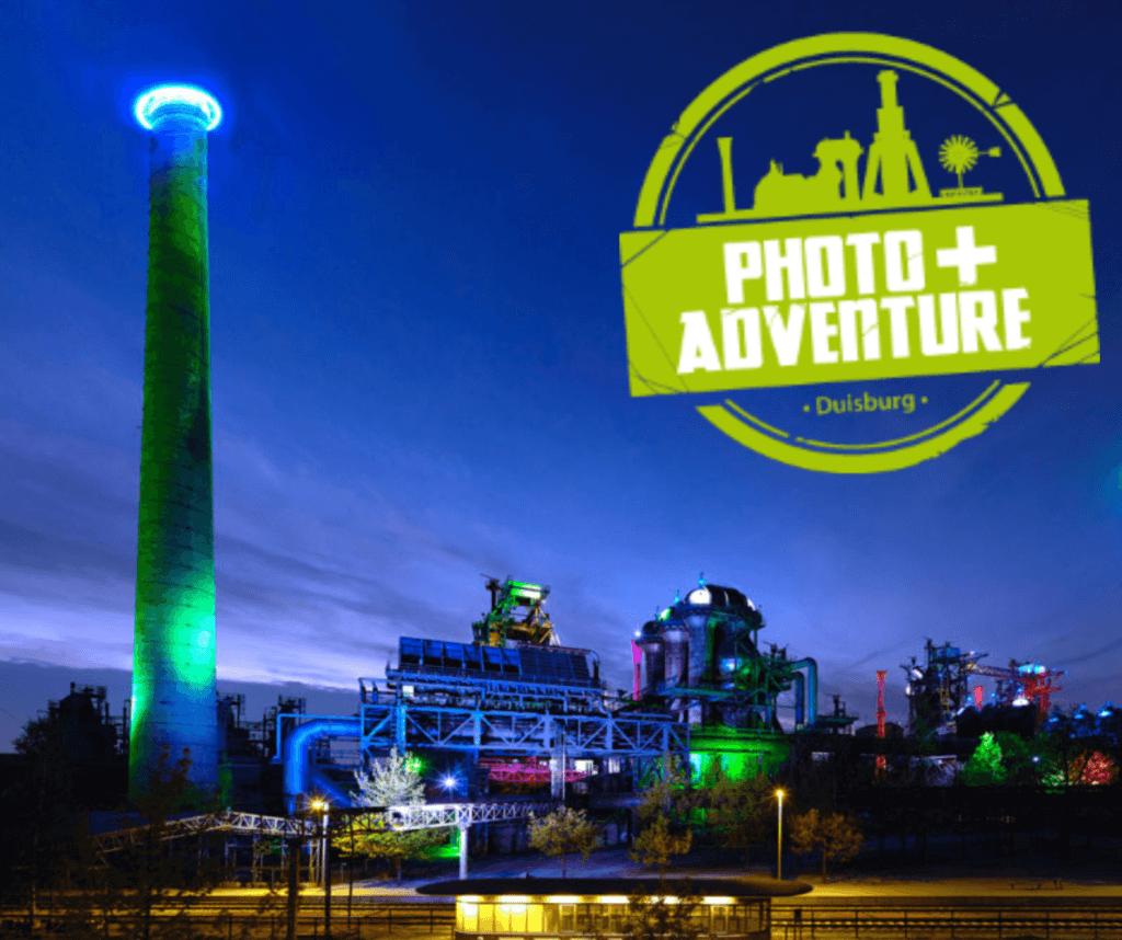 Nachtaufnahme eines Hüttenwerks mit Logo des Events Photo+Adventure 2020