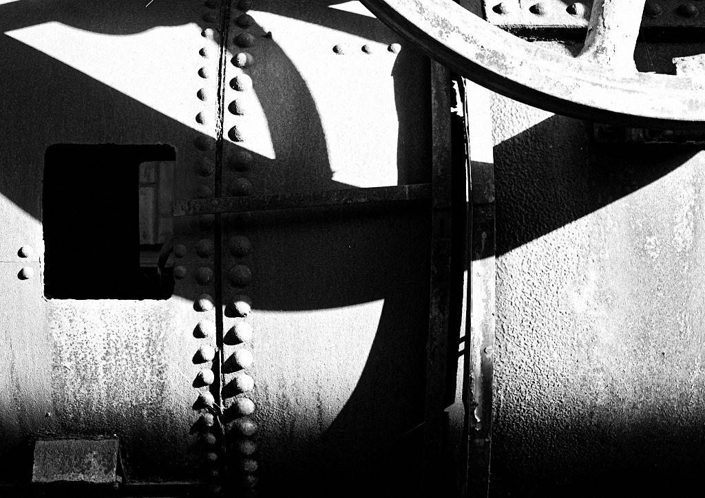 Tipps für die Schwarz Weiss Fotografie: Licht und Schatten an einem alten Industrierohr