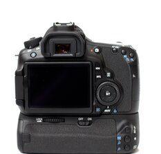 Rückseite der Canon EOS 60D mit angebautem Batteriegriff