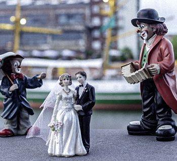Clownsfiguren und Brautpaar in der Bremer Überseestadt
