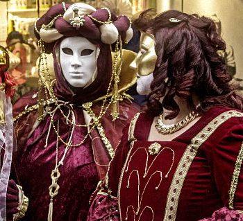 2 mit Masken im venezianischen Stil verkleidete Frauen