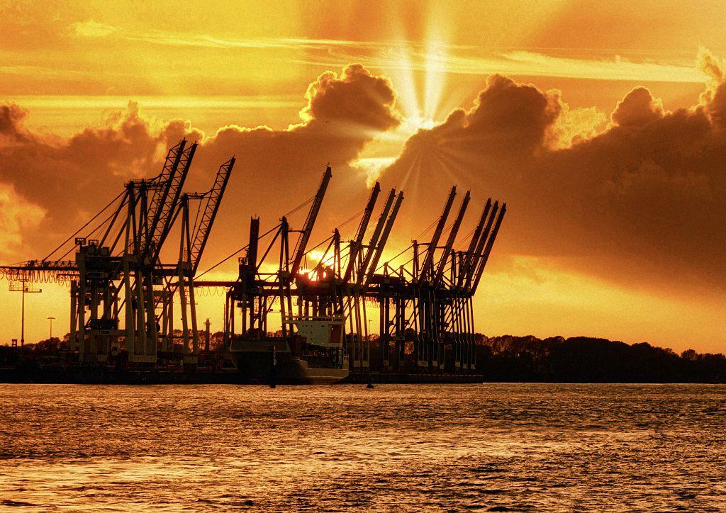 Containerbrücken in Hamburg im Sonnenuntergang