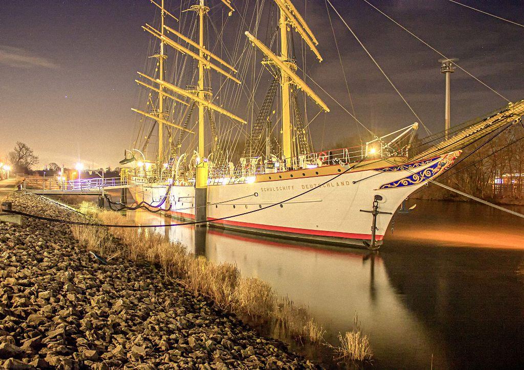 Nachtaufnahme des Segelschiffs Schulschiff Deutschland