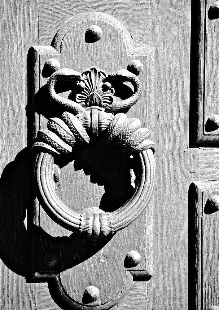Tipps für die Schwarz Weiss Fotografie: Türklopfer in Schwarz Weiss mit Schattenwurf