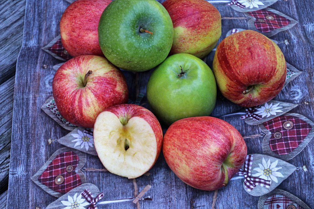 Stillleben mit grünen und roten Äpfeln