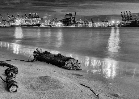 Tipps für die Schwarz Weiss Fotografie: Schwarzaufnahme des Elbstrands in Hamburg am späten Abend