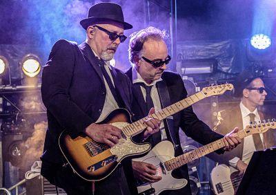 Die zwei Gitarristen der Bluus Bremers bei einem Konzert